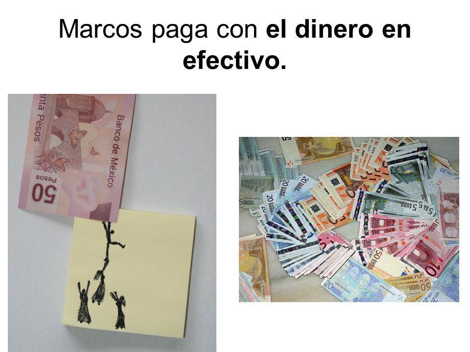 Marcos paga con el dinero en efectivo.