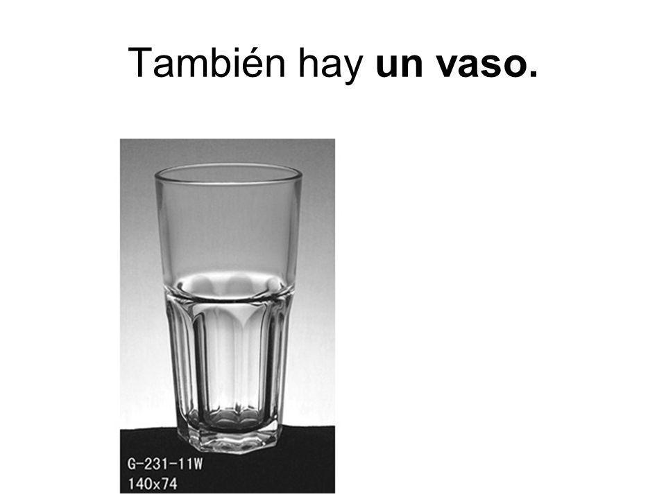También hay un vaso.