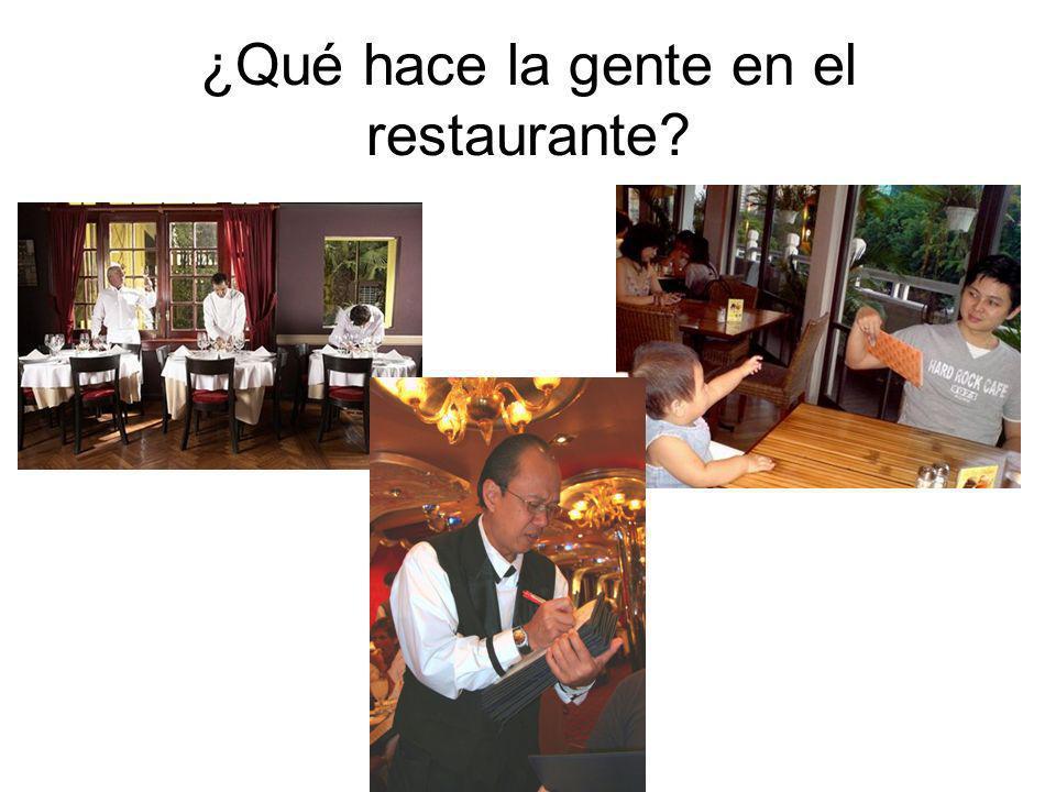 ¿Qué hace la gente en el restaurante?