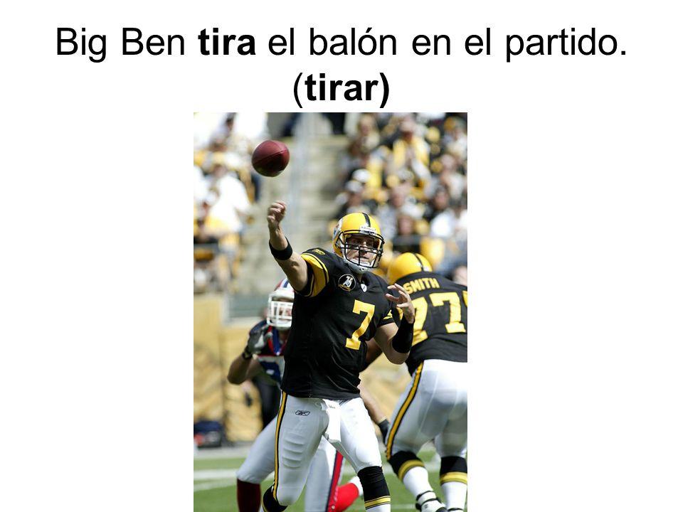 Big Ben tira el balón en el partido. (tirar)