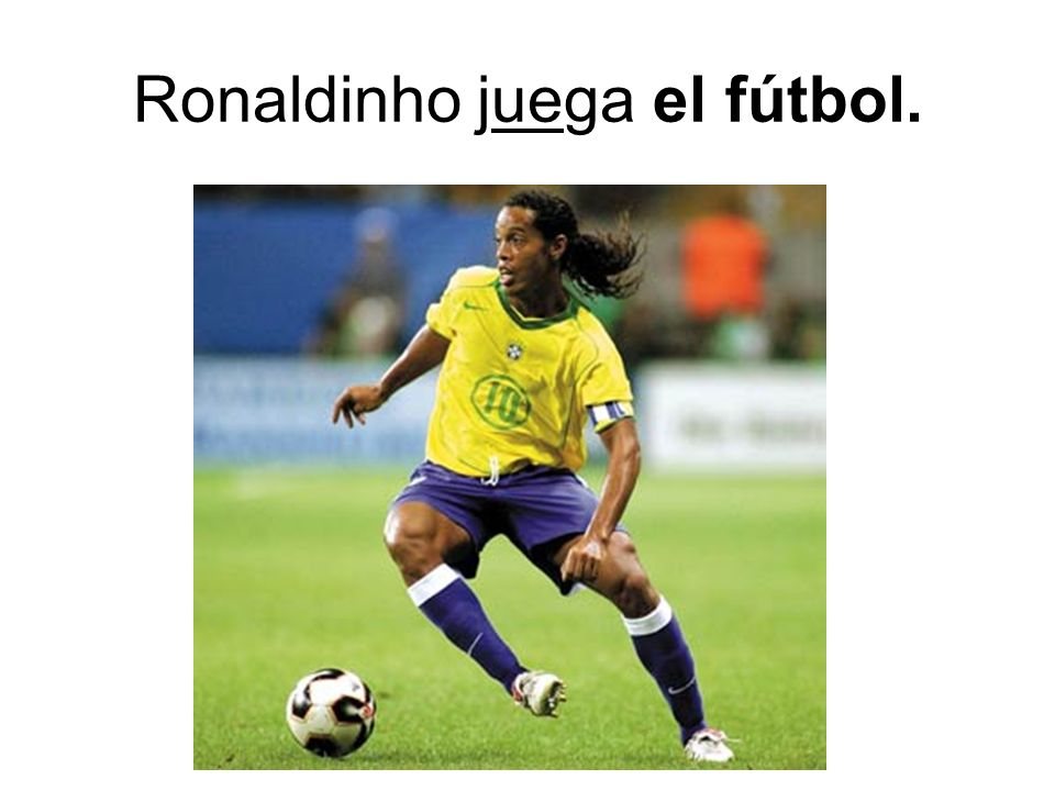 Ronaldinho juega el fútbol.