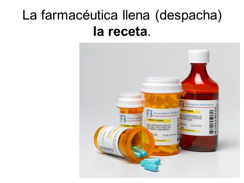 La farmacéutica llena (despacha) la receta.