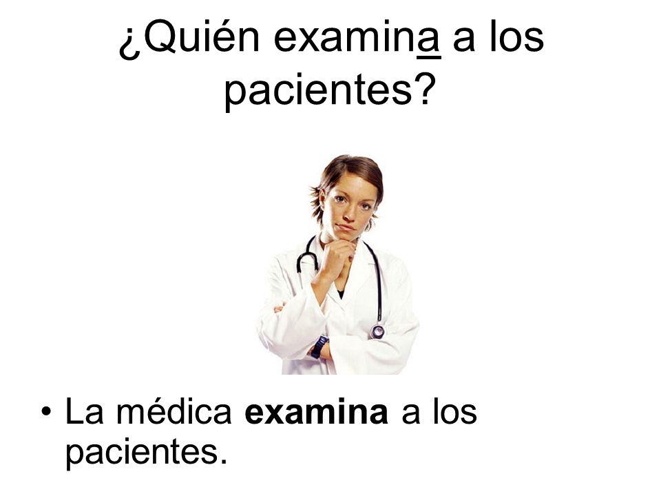 La médica examina a los pacientes.
