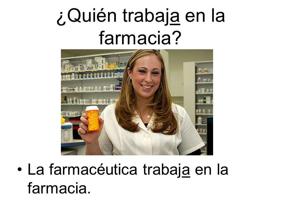 La farmacéutica trabaja en la farmacia.