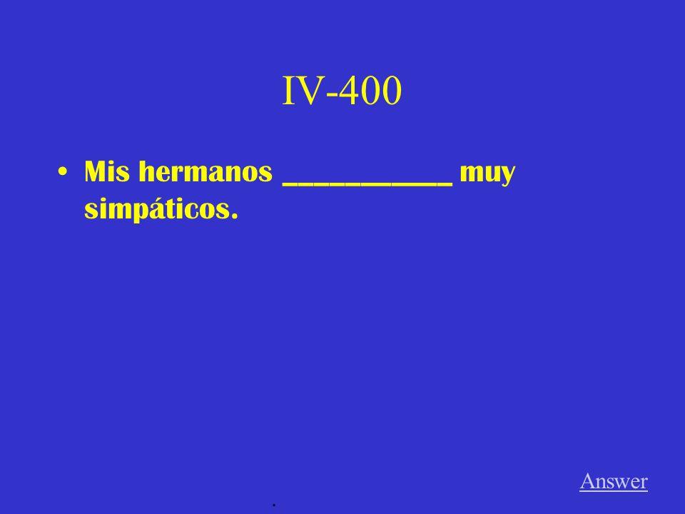 IV-300 El sofá y la mesa ________________ al lado del televisor. Answer.