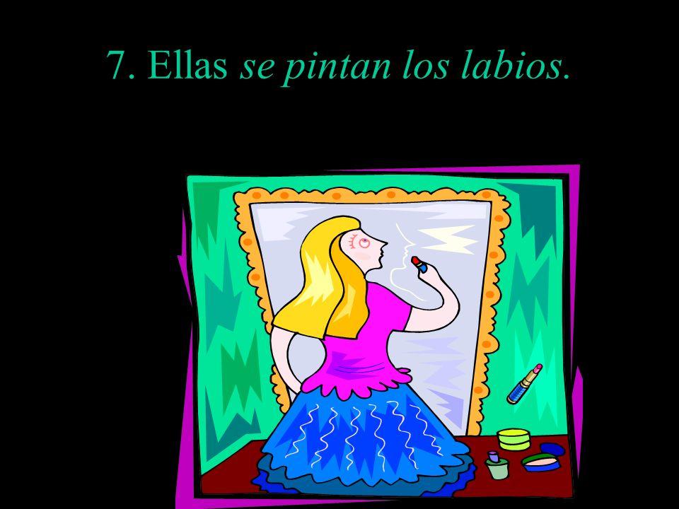 7. Ellas se pintan los labios.