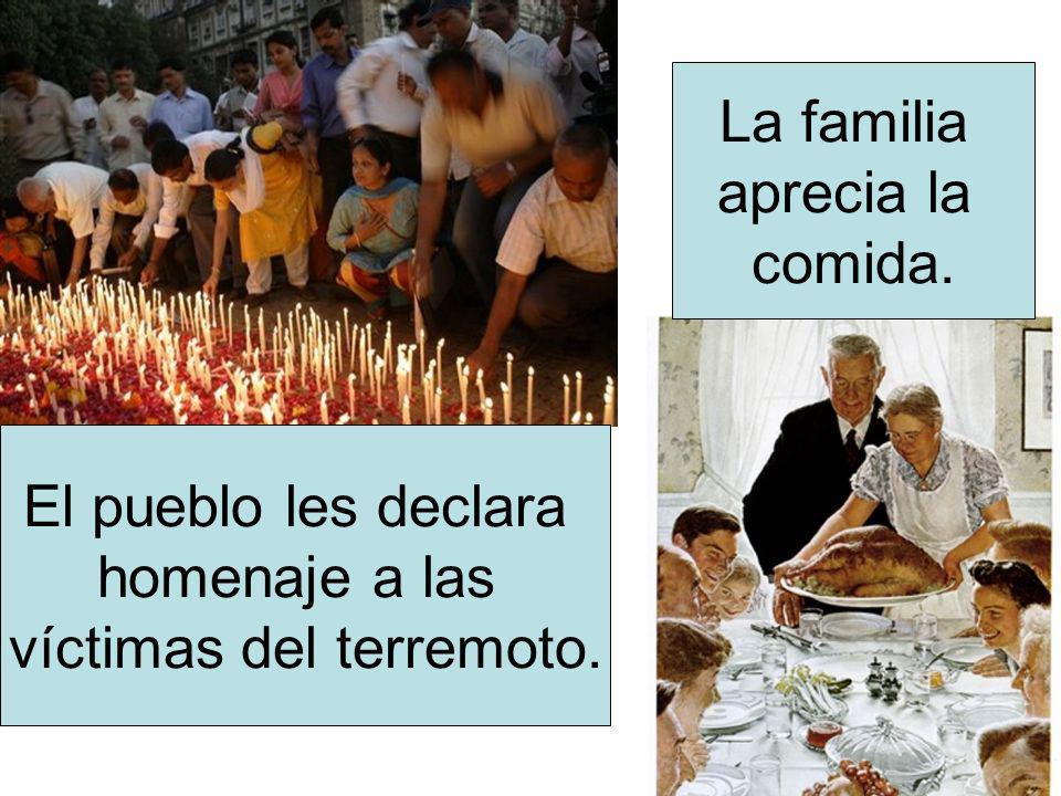 El pueblo les declara homenaje a las víctimas del terremoto. La familia aprecia la comida.