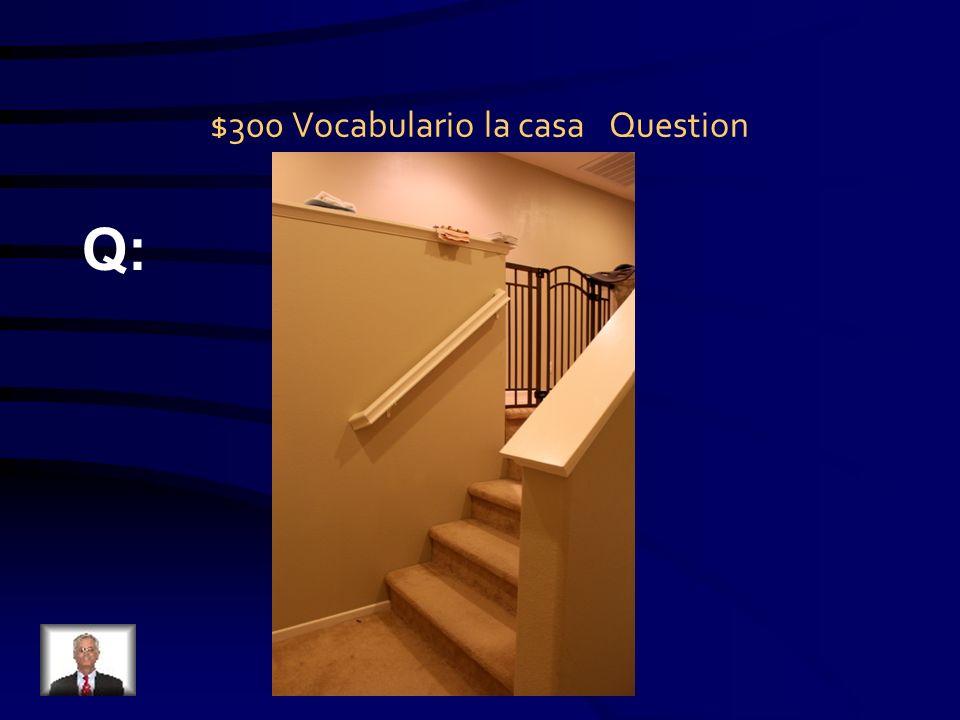 $300 progresivo Question Q: Él ______ hacer la cama.