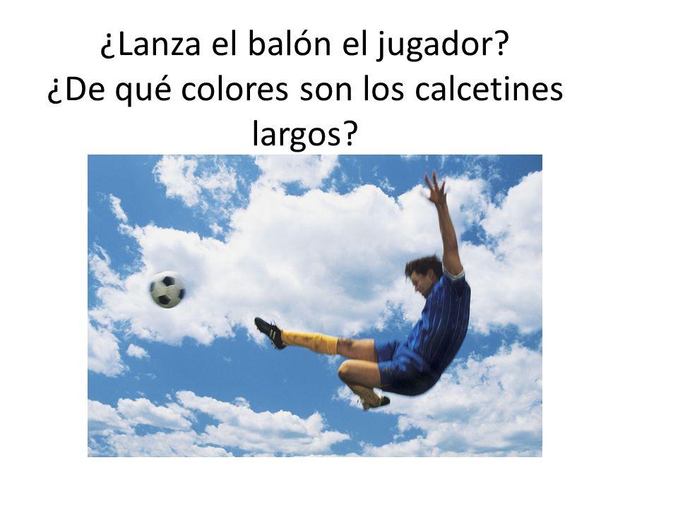 ¿Lanza el balón el jugador? ¿De qué colores son los calcetines largos?