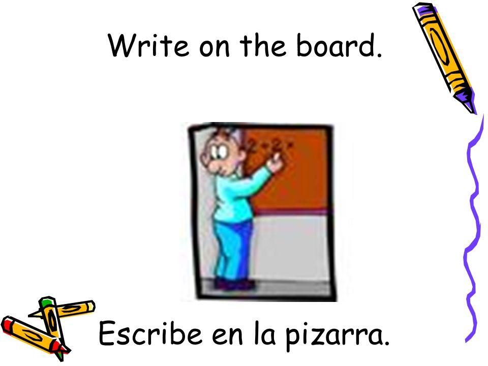 Escribe en la pizarra. Write on the board.
