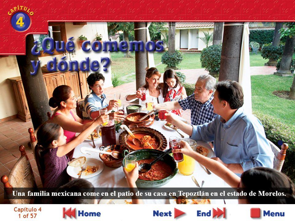 Capítulo 4 1 of 57 Una familia mexicana come en el patio de su casa en Tepoztlán en el estado de Morelos.