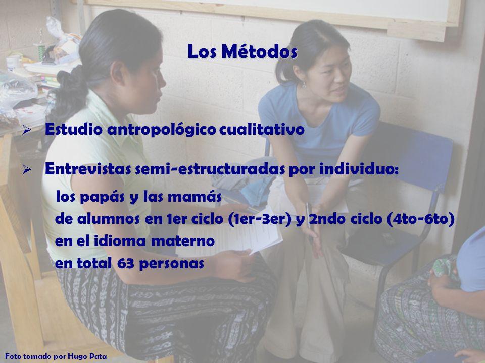 Los Métodos Estudio antropológico cualitativo Entrevistas semi-estructuradas por individuo: los papás y las mamás de alumnos en 1er ciclo (1er-3er) y 2ndo ciclo (4to-6to) en el idioma materno en total 63 personas Foto tomado por Hugo Pata