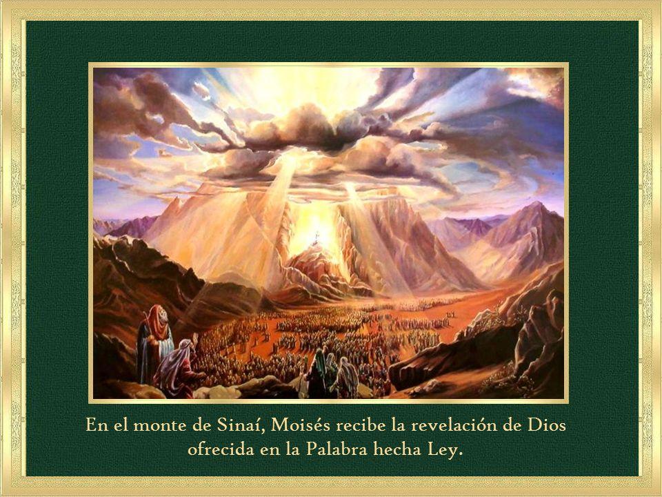 En el monte de Sinaí, Moisés recibe la revelación de Dios ofrecida en la Palabra hecha Ley.