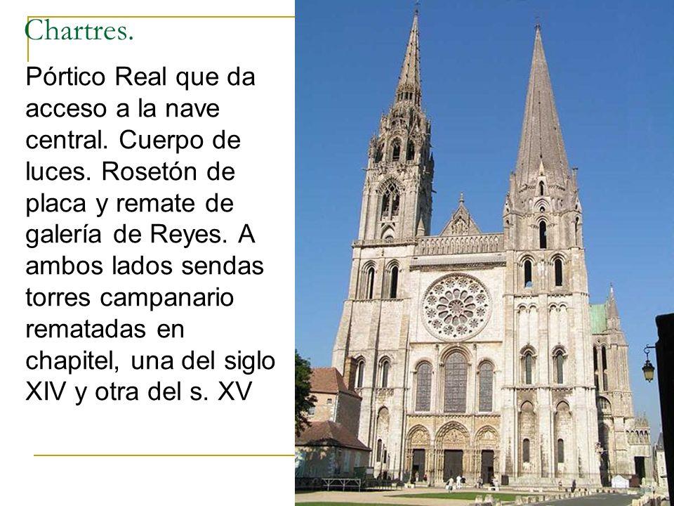 Gótico 28 Chartres. Pórtico Real que da acceso a la nave central. Cuerpo de luces. Rosetón de placa y remate de galería de Reyes. A ambos lados sendas