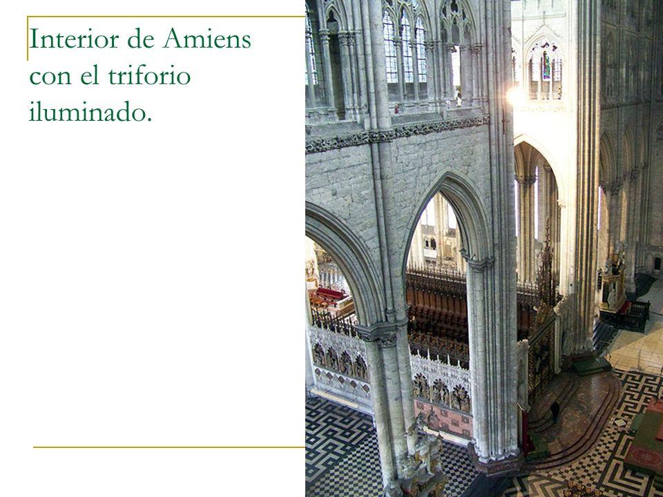 Gótico 33 Interior de Amiens con el triforio iluminado.