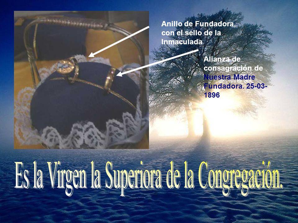 Anillo de Fundadora, con el sello de la Inmaculada Alianza de consagración de Nuestra Madre Fundadora.