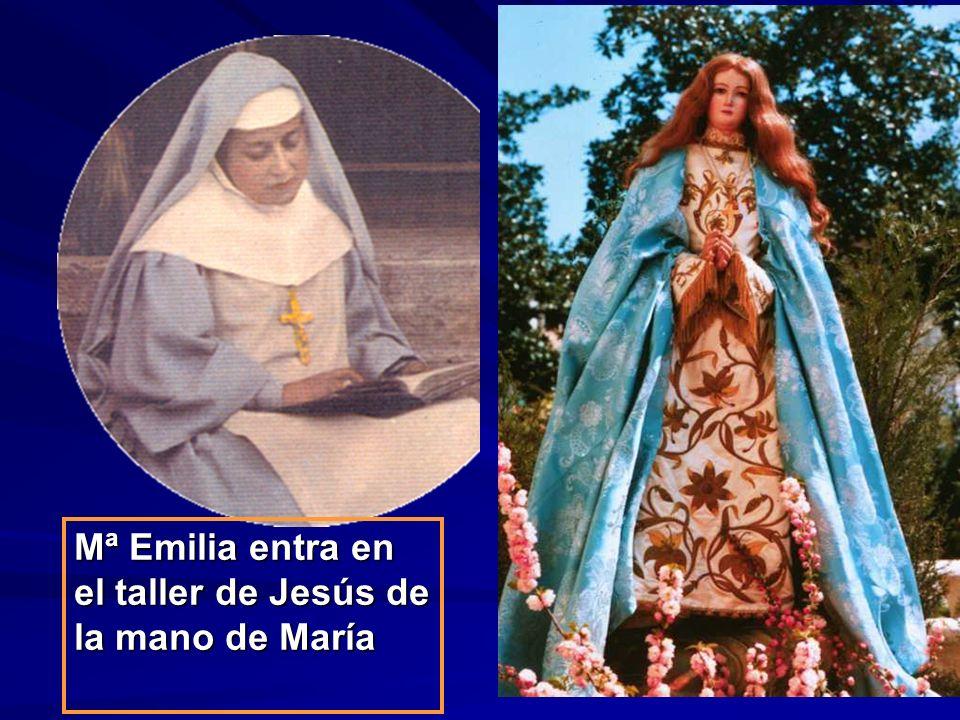 Mª Emilia entra en el taller de Jesús de la mano de María