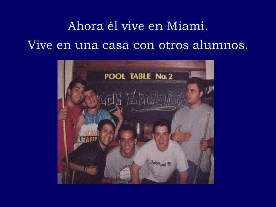 Ahora él vive en Miami. Vive en una casa con otros alumnos.
