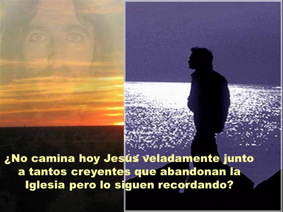Es el primer gesto del Resucitado. Los discípulos no son capaces de reconocerlo, pero Jesús ya está presente caminando junto a ellos. «Mientras conver