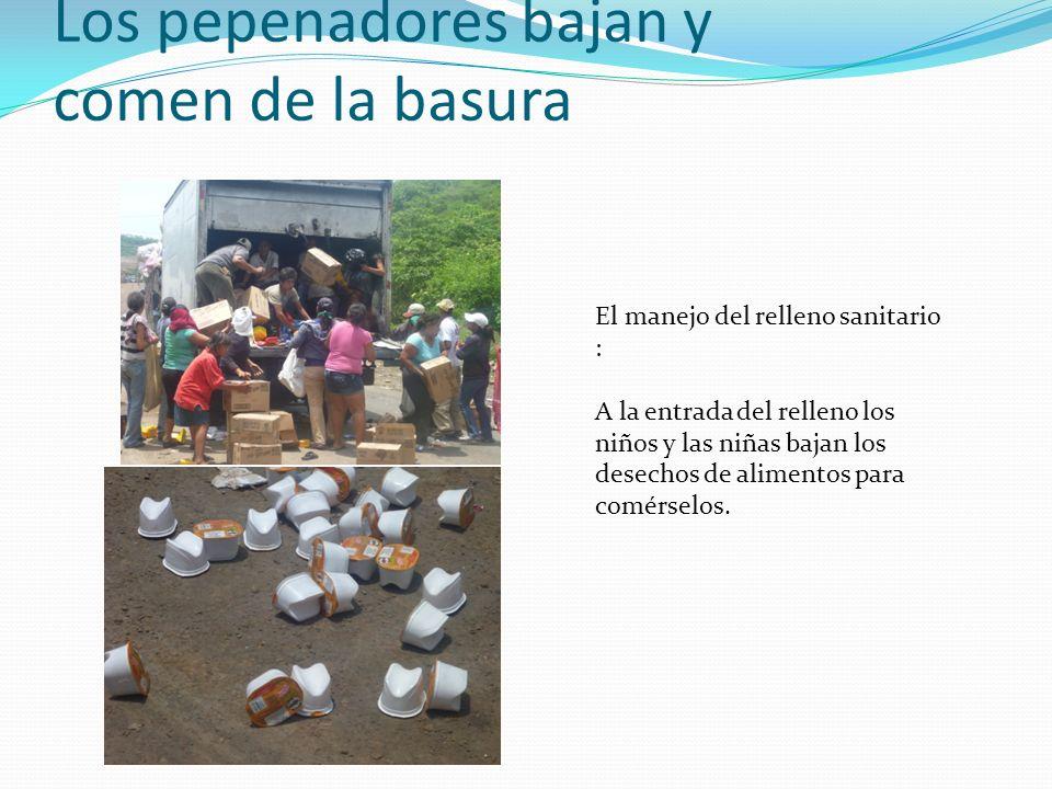 Los pepenadores bajan y comen de la basura El manejo del relleno sanitario : A la entrada del relleno los niños y las niñas bajan los desechos de alimentos para comérselos.