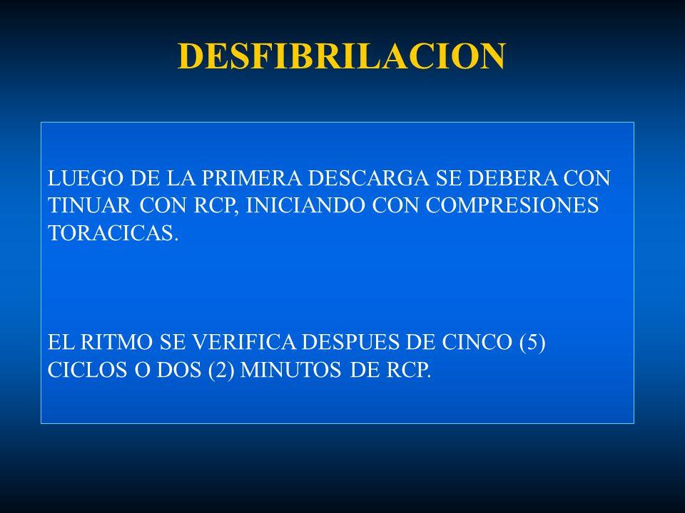 DESFIBRILACION LUEGO DE LA PRIMERA DESCARGA SE DEBERA CON TINUAR CON RCP, INICIANDO CON COMPRESIONES TORACICAS. EL RITMO SE VERIFICA DESPUES DE CINCO