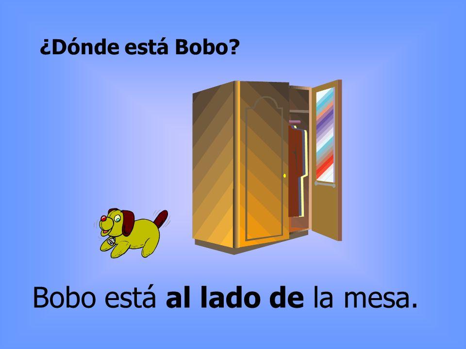 ¿Dónde está Bobo? Bobo está al lado de la mesa.