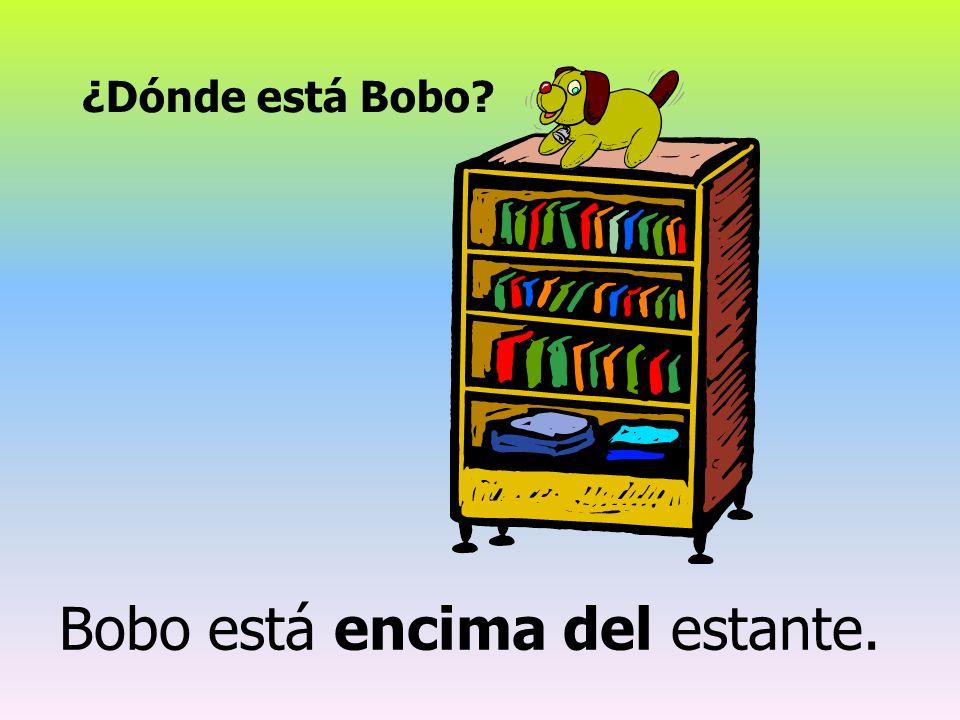 ¿Dónde está Bobo? Bobo está encima del estante.