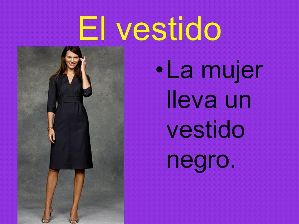 El vestido La mujer lleva un vestido negro.