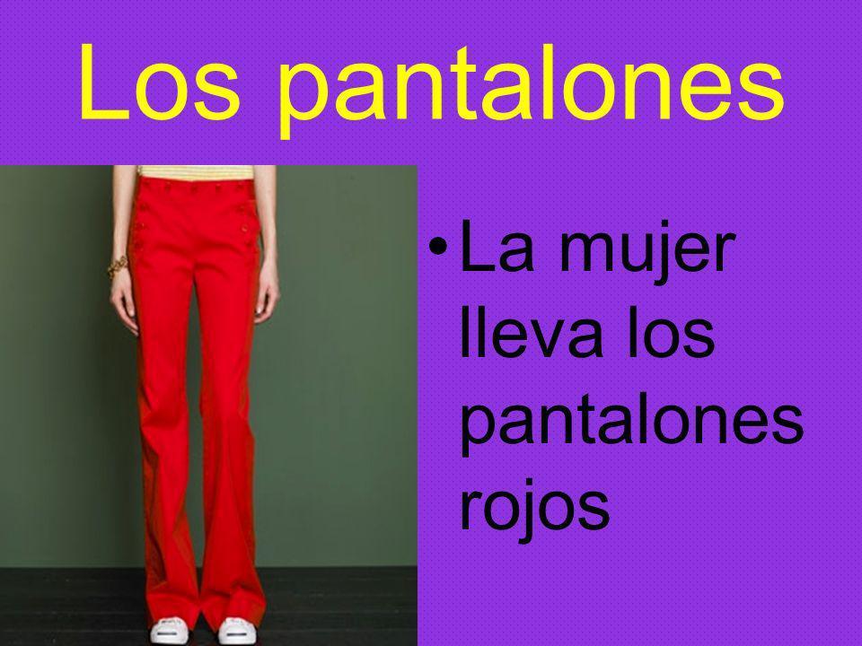 Los pantalones La mujer lleva los pantalones rojos
