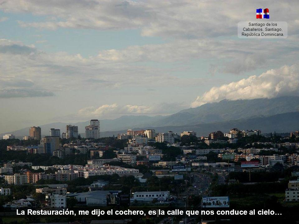 Santiago de los Caballeros. Santiago, República Dominicana. Desde que llegué se me hizo de noche, y me fui a pasear por Santiago montado en un coche.