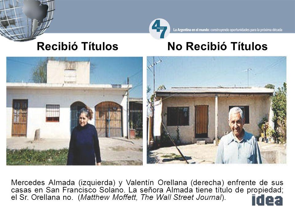 Mercedes Almada (izquierda) y Valentín Orellana (derecha) enfrente de sus casas en San Francisco Solano.