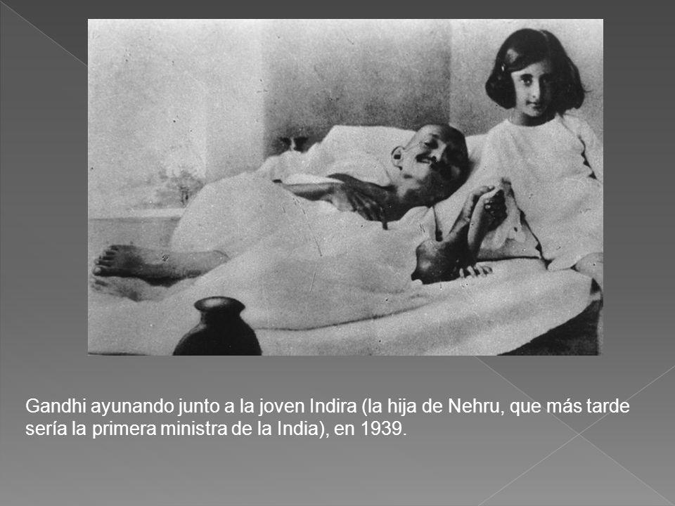 Gandhi ayunando junto a la joven Indira (la hija de Nehru, que más tarde sería la primera ministra de la India), en 1939.
