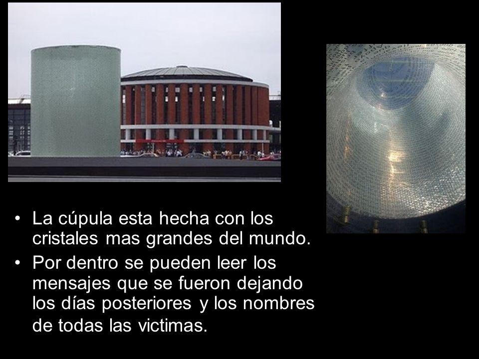 La cúpula esta hecha con los cristales mas grandes del mundo. Por dentro se pueden leer los mensajes que se fueron dejando los días posteriores y los