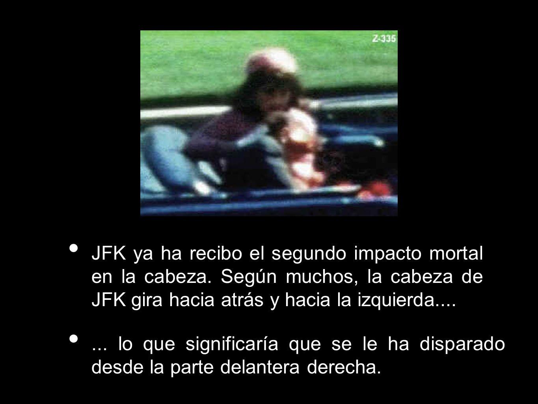 JFK ya ha recibo el segundo impacto mortal en la cabeza. Según muchos, la cabeza de JFK gira hacia atrás y hacia la izquierda....... lo que significar