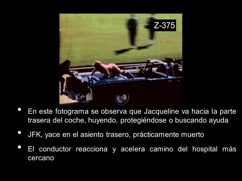 En este fotograma se observa que Jacqueline va hacia la parte trasera del coche, huyendo, protegiéndose o buscando ayuda JFK, yace en el asiento trase