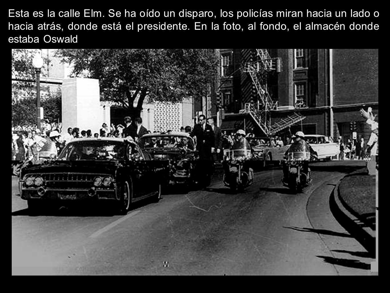 Esta es la calle Elm. Se ha oído un disparo, los policías miran hacia un lado o hacia atrás, donde está el presidente. En la foto, al fondo, el almacé