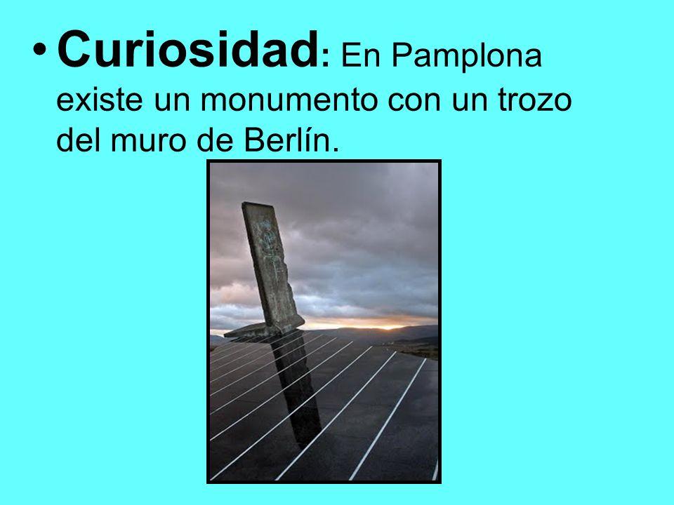 Curiosidad : En Pamplona existe un monumento con un trozo del muro de Berlín.