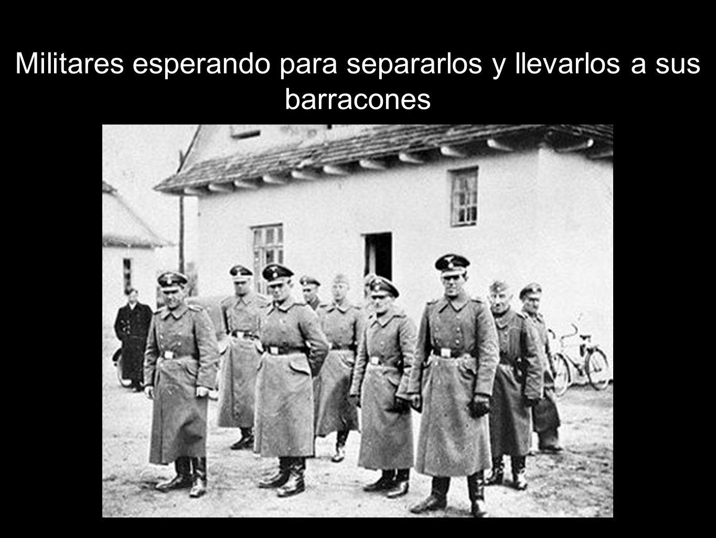 Militares esperando para separarlos y llevarlos a sus barracones