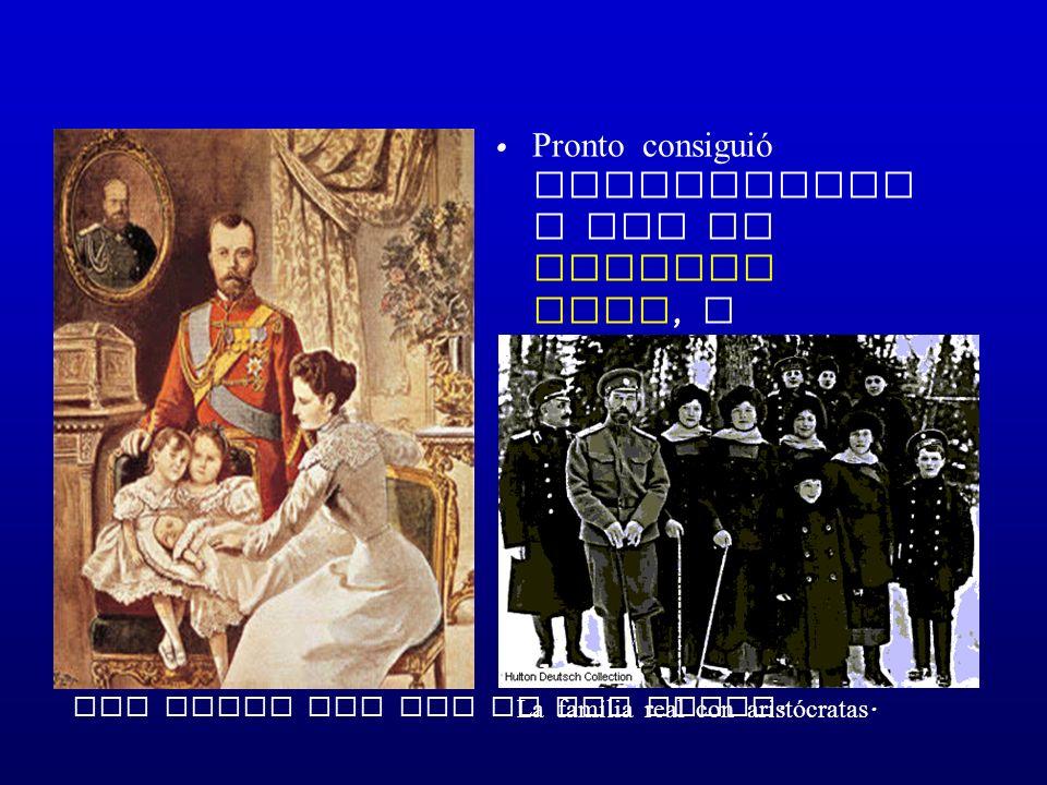 Pronto consiguió relacionars e con la familia real, y ganarse la confianza de la aristocraci a. Los zares con dos de sus hijas. La familia real con ar