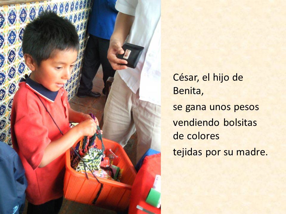 César, el hijo de Benita, se gana unos pesos vendiendo bolsitas de colores tejidas por su madre.