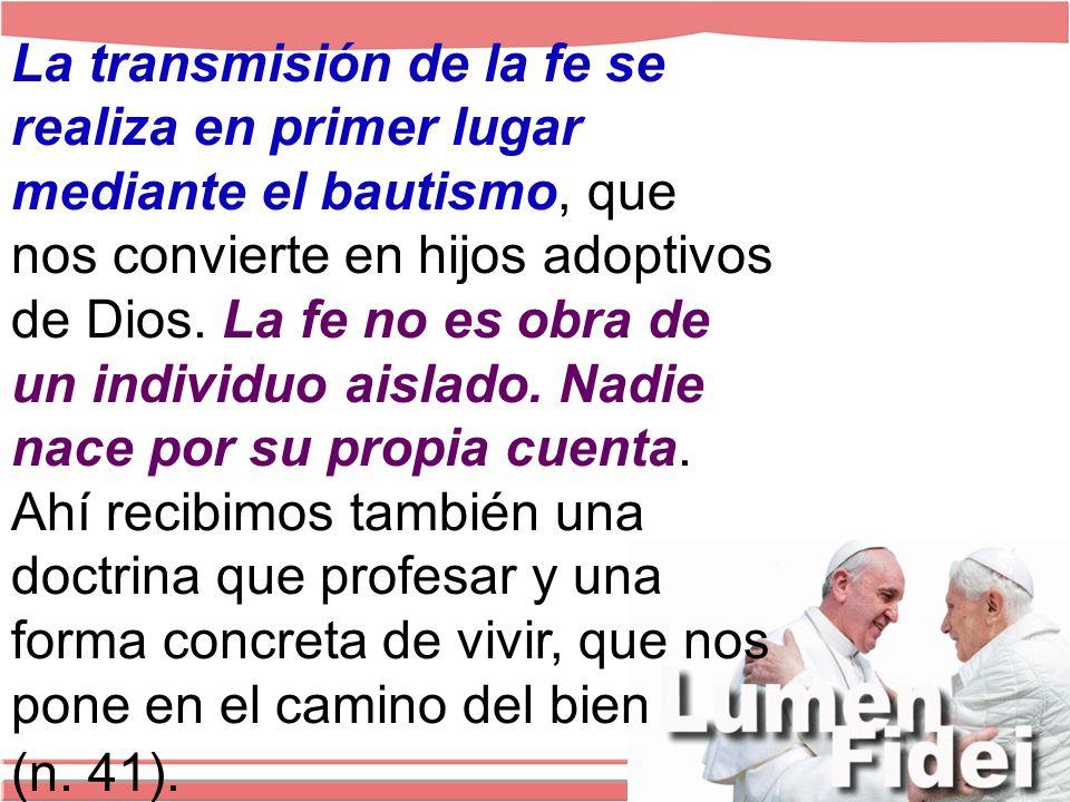 La transmisión de la fe se realiza en primer lugar mediante el bautismo, que nos convierte en hijos adoptivos de Dios.