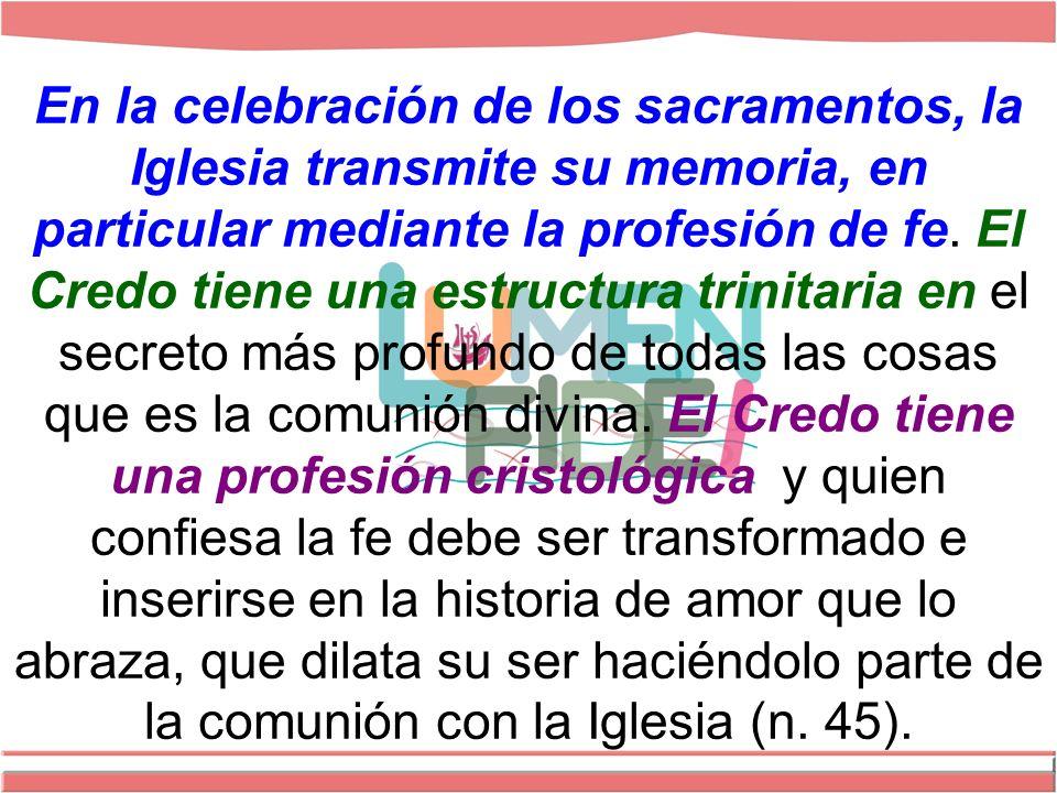 En la celebración de los sacramentos, la Iglesia transmite su memoria, en particular mediante la profesión de fe.