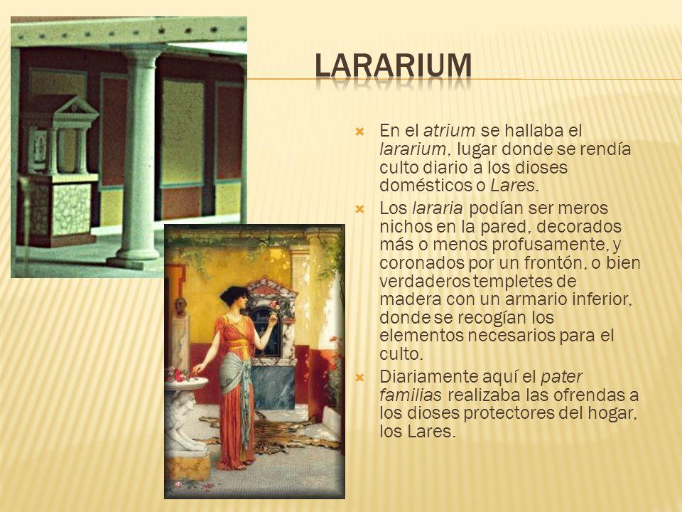 En el atrium se hallaba el lararium, lugar donde se rendía culto diario a los dioses domésticos o Lares. Los lararia podían ser meros nichos en la par