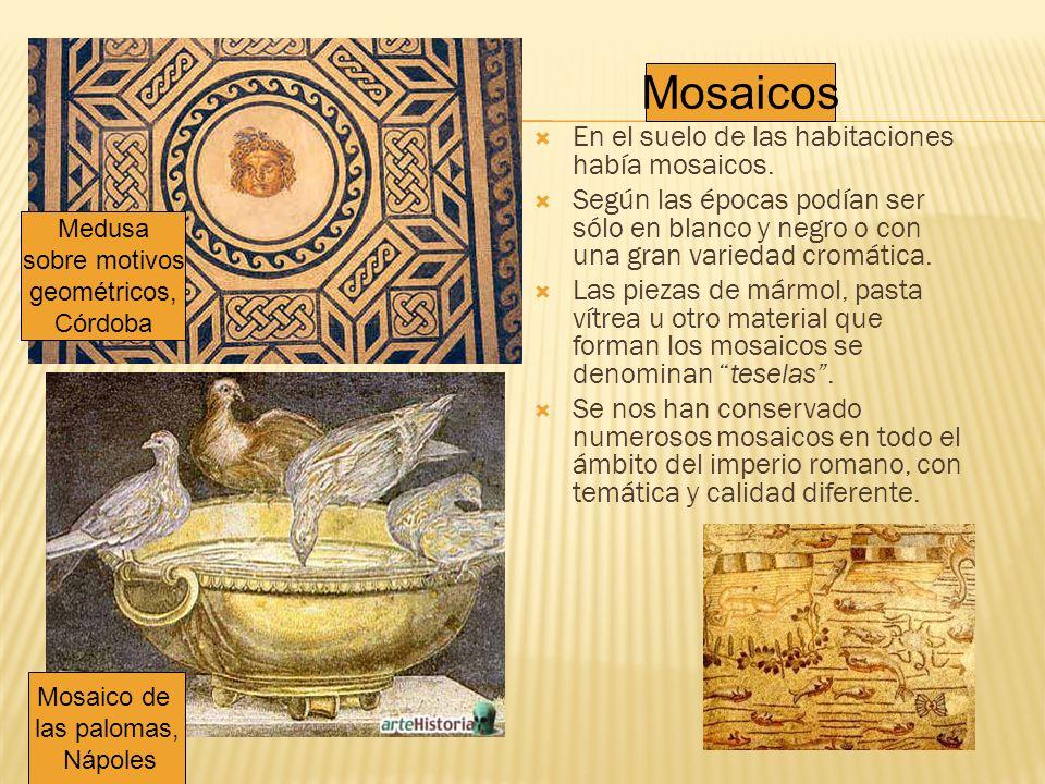 En el suelo de las habitaciones había mosaicos. Según las épocas podían ser sólo en blanco y negro o con una gran variedad cromática. Las piezas de má
