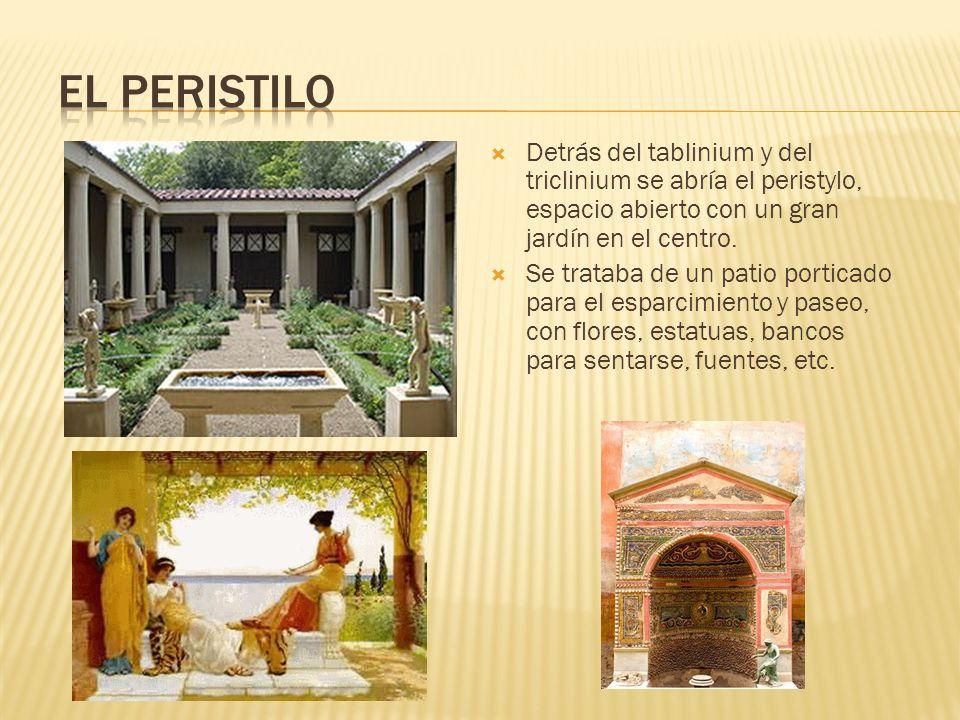 Detrás del tablinium y del triclinium se abría el peristylo, espacio abierto con un gran jardín en el centro. Se trataba de un patio porticado para el