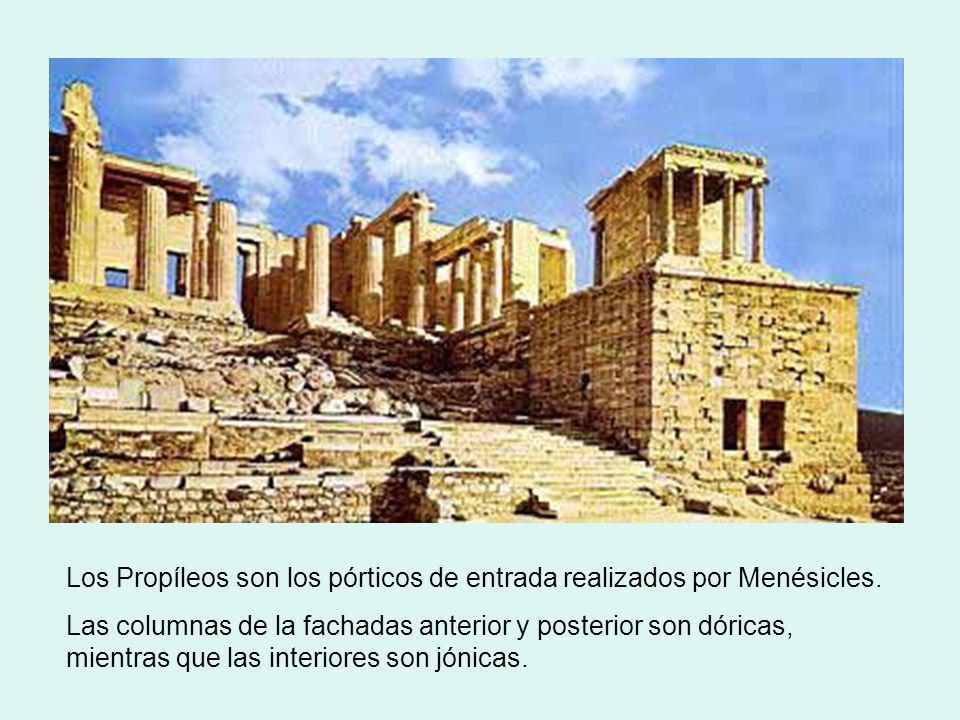 Los Propíleos son los pórticos de entrada realizados por Menésicles. Las columnas de la fachadas anterior y posterior son dóricas, mientras que las in