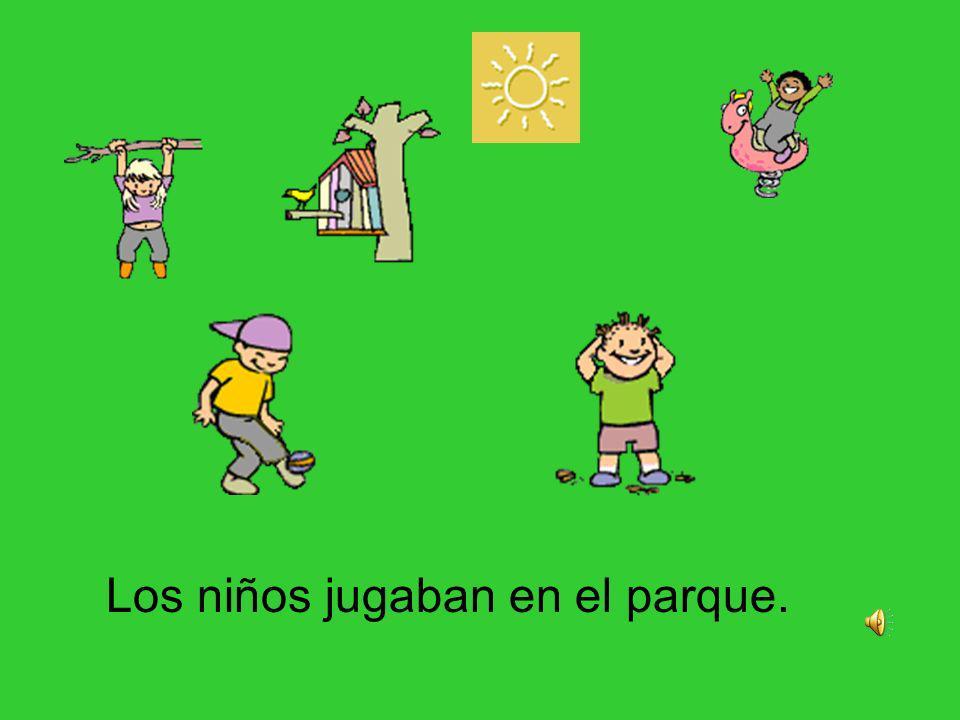 Los niños jugaban en el parque.