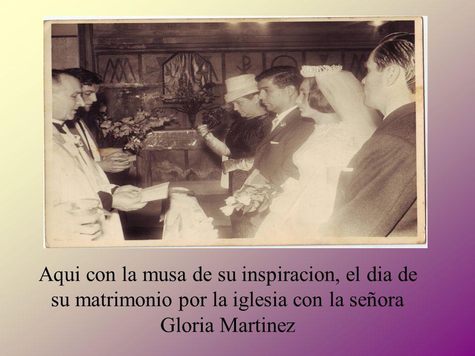 Aqui con la musa de su inspiracion, el dia de su matrimonio por la iglesia con la señora Gloria Martinez