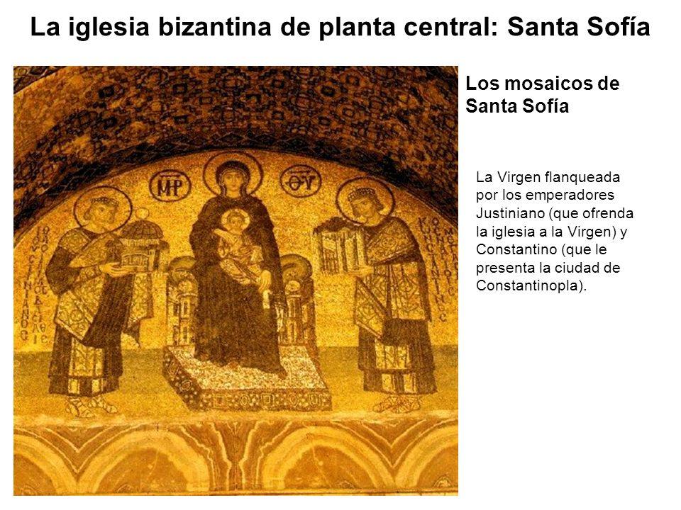 La Virgen flanqueada por los emperadores Justiniano (que ofrenda la iglesia a la Virgen) y Constantino (que le presenta la ciudad de Constantinopla).
