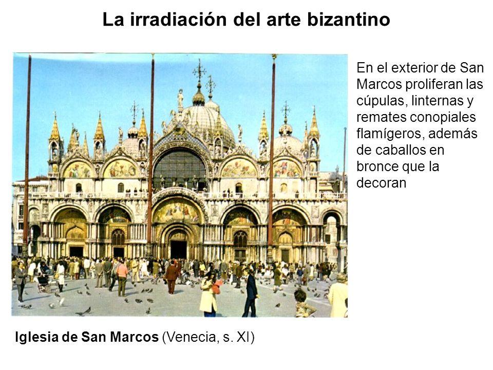 En el exterior de San Marcos proliferan las cúpulas, linternas y remates conopiales flamígeros, además de caballos en bronce que la decoran La irradia